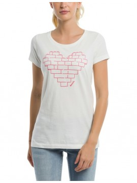 BENCH WOMAN WHITE TEE WITH HEART